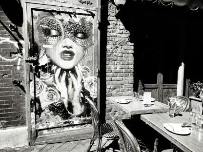 Café et street art noir et blanc
